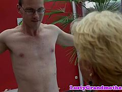 Obese grandma pussyfucked in closeup play